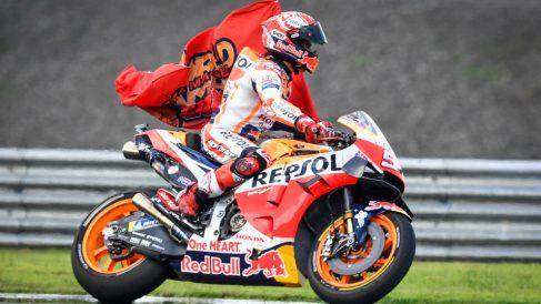 Marc Márquez se proclamó campeón del mundo de MotoGP con victoria en Tailandia. (AFP)