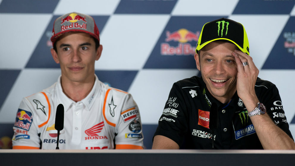 Marc Márquez y Valentino Rossi durante una rueda de prensa. (AFP)