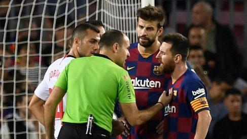 Mateu Lahoz conversa con los jugadores del Barcelona. (AFP)