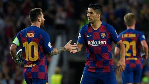Messi y Luis Suárez se felicitan tras la consecución de un gol. (AFP)