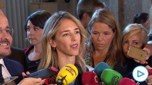 Cayetana Álvarez de Toledo a su llegada hoy al Parlament junto al presidente del PP catalán, Alejandro Fernández. (Efe)
