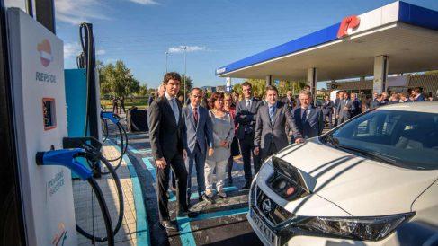 Josu Jon Imaz (CEO de Repsol), junto a autoridades este lunes en la inauguración de un punto de recarga eléctrica ultrarrápida en Vizcaya