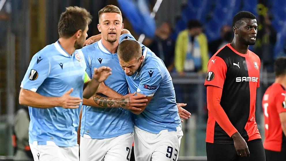 Los jugadores de la Lazio celebran un gol ante el Rennes. (AFP)