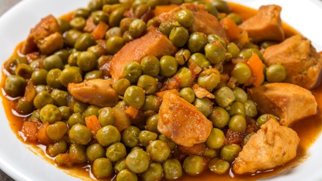 Guisantes cocinados con verduras y pollo
