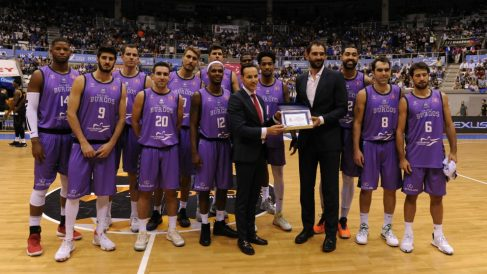 Félix Sancho Arnáiz entrega a Jorge Garbajosa una placa en su reciente visita a Burgos.