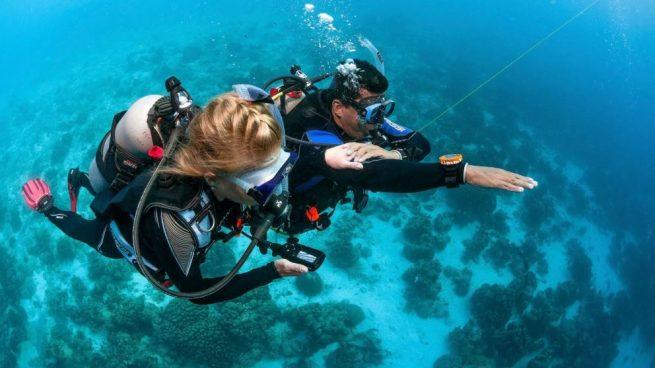 usar una brújula subacuática
