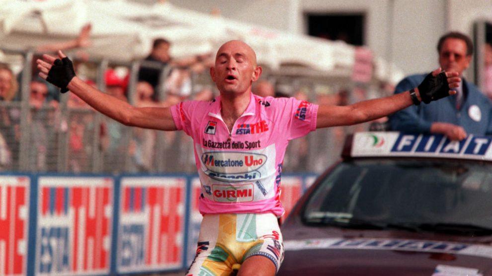 Marco Pantani celebra un triunfo en el Giro de Italia.