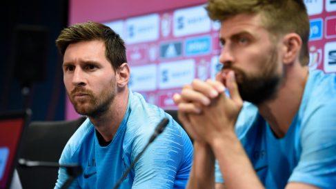Messi y Piqué, durante una rueda de prensa. (AFP)