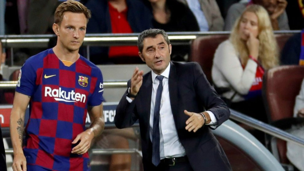 Rakitic, con gesto serio, recibe instrucciones de Valverde. (AFP)