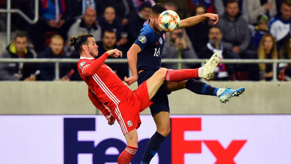 Bale, durante un partido con Gales. (AFP)