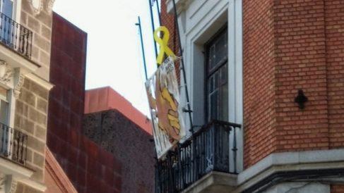 Lazo amarillo en la fachada de la casa okupa 'La Ingobernable'.