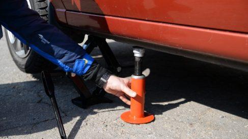 Levantar un coche es imprescindible para cambiar una rueda
