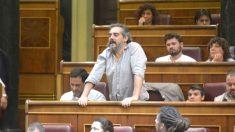 Raimundo viejo, de pie desde su escaño cuando era diputado de Podemos en el Congreso.