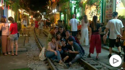Los turistas se sientan en las vías para hacerse fotos.