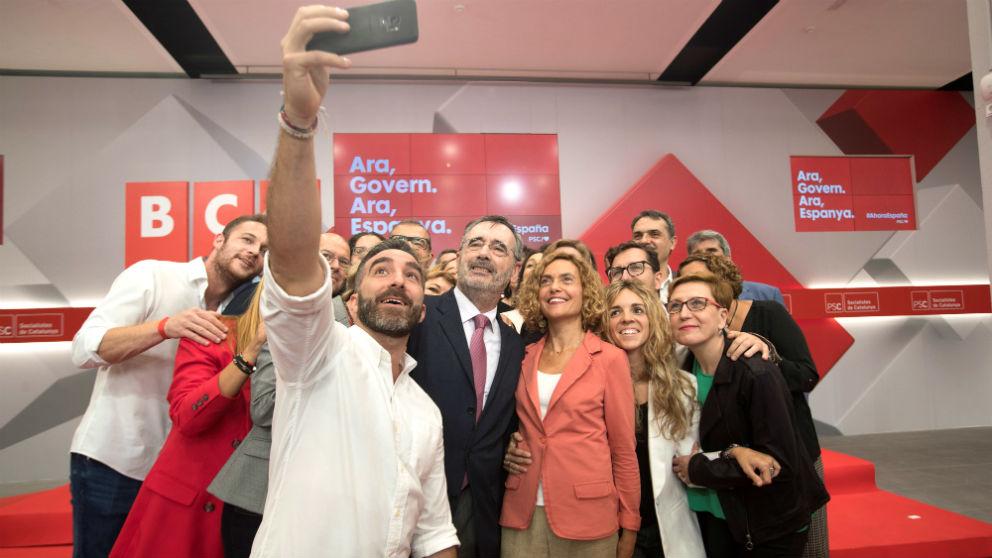 Meritxell Batet y Manuel Cruz se hacen un selfi con el resto de candidatos del PSC (Foto: EFE).