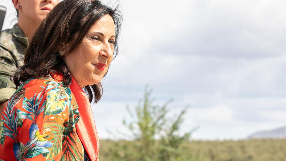La ministra de Defensa en funciones, Margarita Robles (i), observa durante su visita las labores de desmontaje del puente instalado por el Ejército de Tierra en la localidad de El Rubio. Foto: EP