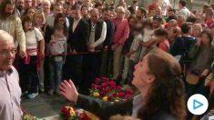 Visitantes ante la tumba de Franco, este viernes.