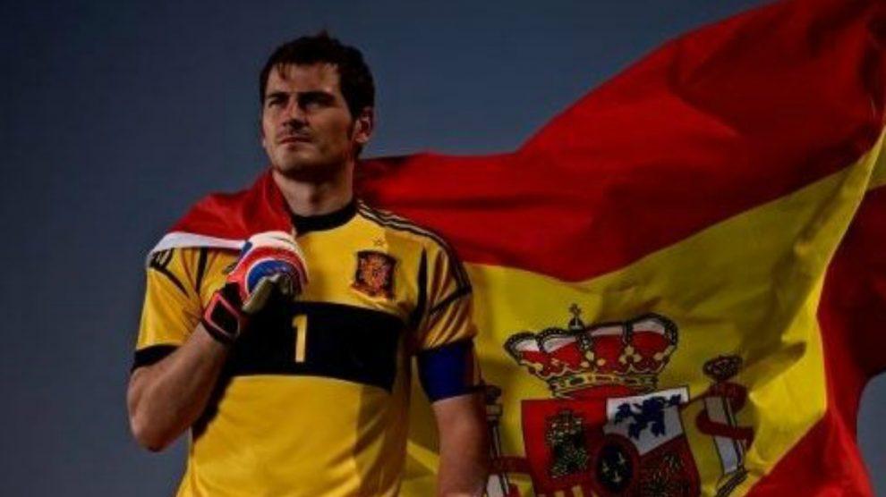 Casillas, con la bandera de España.