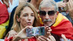 Cayetana Álvarez de Toledo se fotografía junto a un asistente a una manifestación en defensa de la unidad nacional