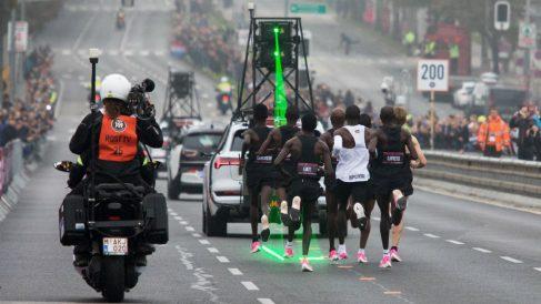 Kipchoge, precedido del coche que le marcaba el ritmo. (AFP)