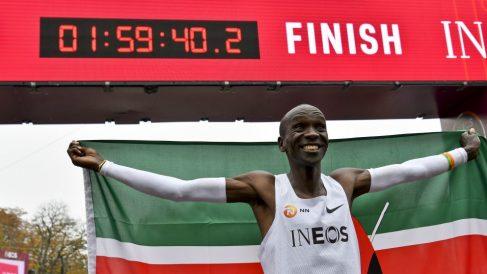Kipchoge celebra su hito en el maratón. (AFP)