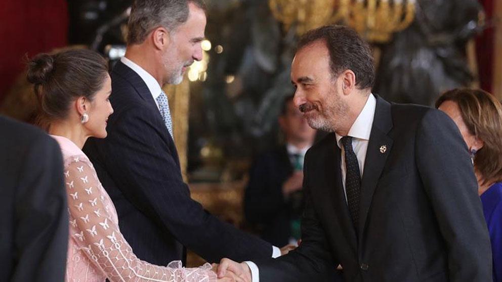 El rey Felipe VI, la reina Letizia, y el juez del Tribunal Supremo Manuel Marchena en el Palacio Real de Madrid en el que se celebra una recepción oficial con motivo de la celebración de la Fiesta Nacional. Foto: EFE