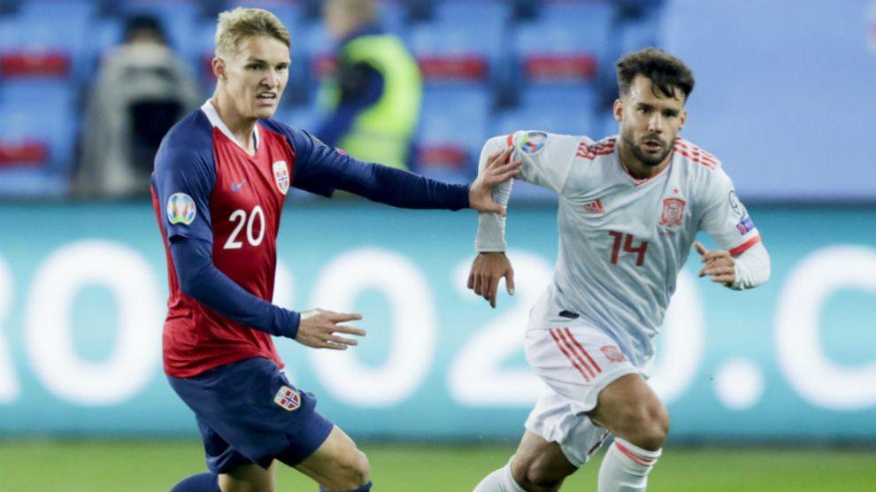 Odegaard pelea un balón con Bernat en el Noruega – España. (AFP)
