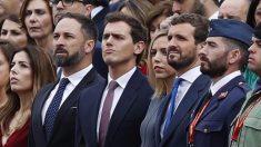 El líder de Vox Santiago Abascal (i), el líder de Ciudadanos Albert Rivera (c), y el presidente del PP Pablo Casado (d), en el madrileño Paseo de la Castellana, lugar en el que se celebra el desfile de la Fiesta Nacional, esta mañana en Madrid. Foto: EFE