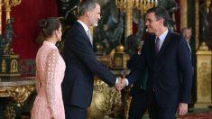 El rey Felipe VI, la reina Letizia, y el presidente del gobierno Pedro Sánchez, en el Palacio Real de Madrid en el que se celebra una recepció oficial con motivo de la celebración de la Fiesta Nacional. Foto: EFE
