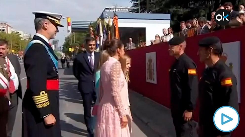 Los Reyes, con Pedro Sánchez, durante el desfile del 12-O.