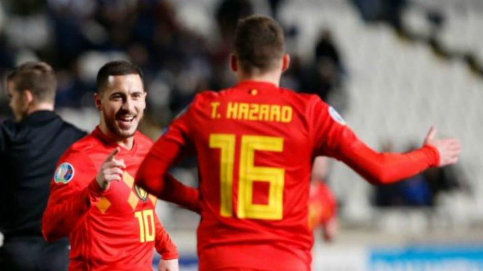 Hazard celebra un gol con su hermano