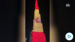Burj Khalifa de Dubái, edificio más alto, con la bandera española para celebrar el 12 de octubre.