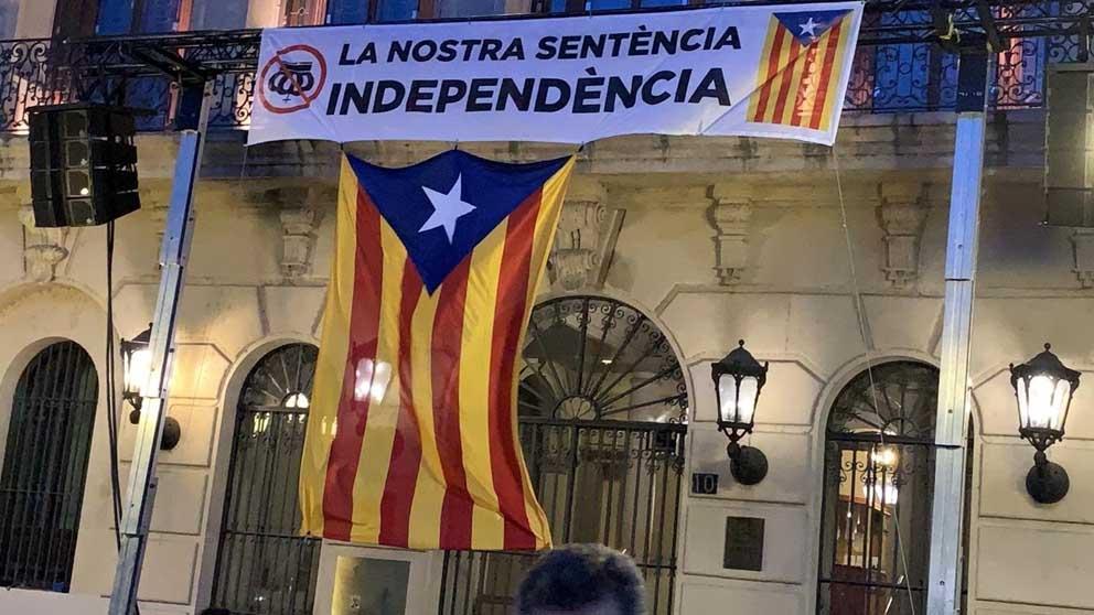 Pancarta en el Ayuntamiento de Lérida. Foto: Europa Press