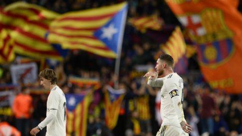 Sergio Ramos y Modric, en un Clásico en el Camp Nou. con esteladas de fondo. (AFP)