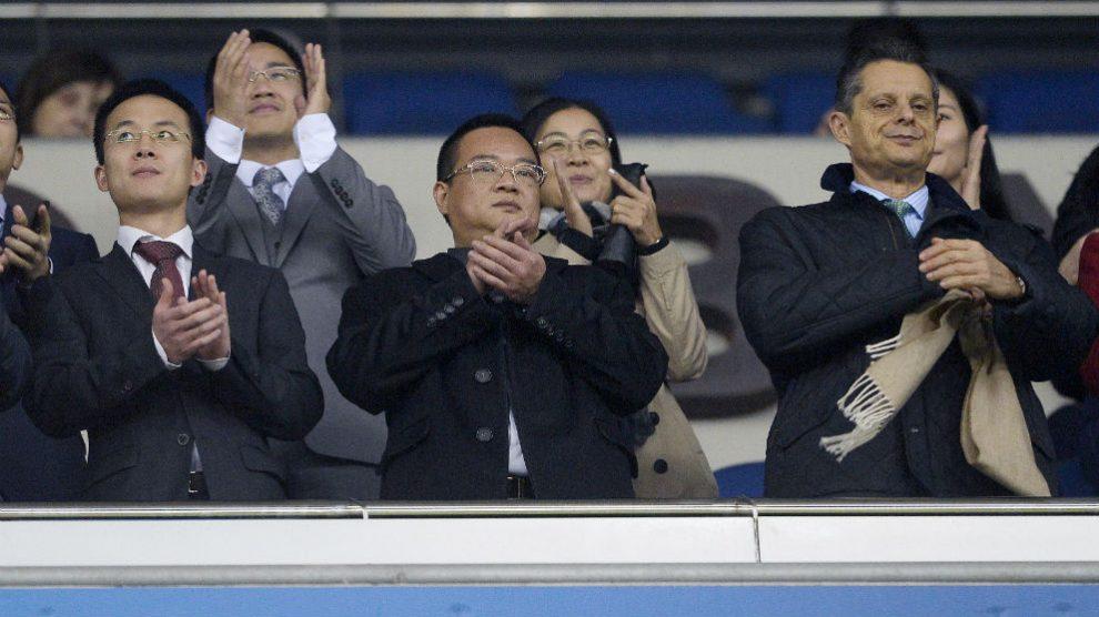 Chen Yansheng junto a la directiva en el palco del Espanyol. (AFP)