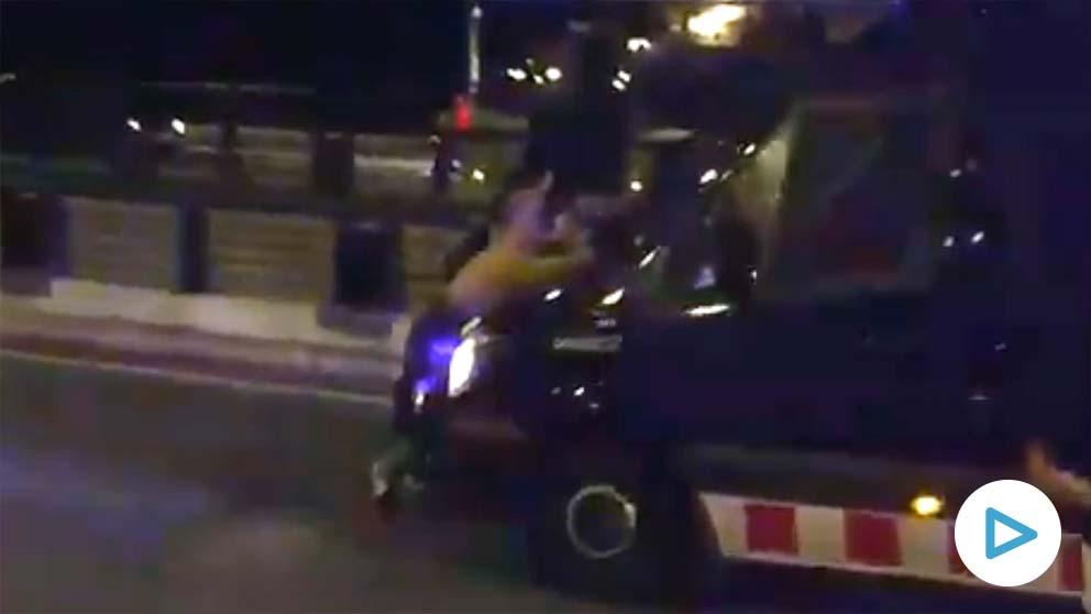 Independentistas son arrastrados por una furgoneta de los Mossos.