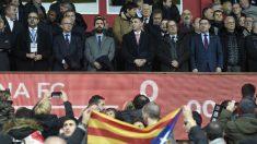 Palco del Girona durante un duelo ante el Barcelona. (AFP)
