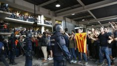 Imagen del aeropuerto de El Prat, esta tarde, tomado por los separatistas. (Efe)