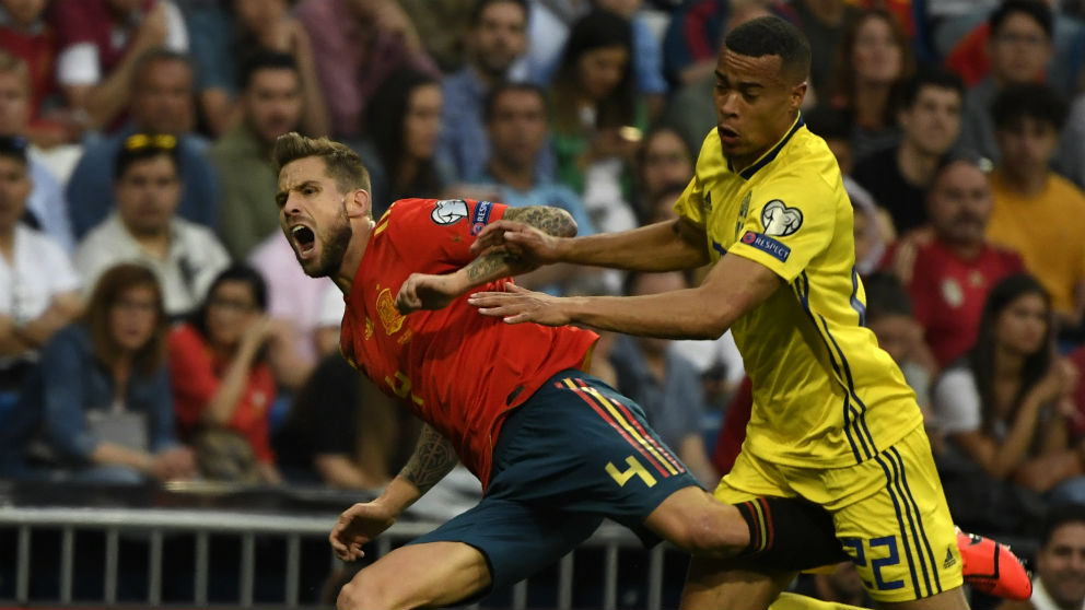 Iñigo Martínez pelea por un balón. (AFP)