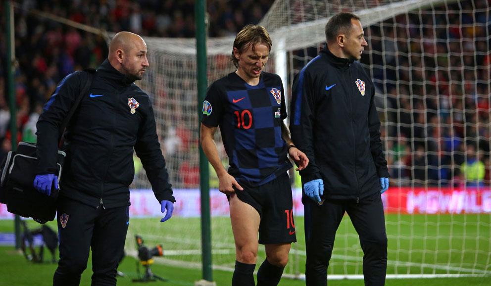 Luka-Modric-abandona-el-terreno-de-juego-tras-recibir-un-duro-golpe-en-el-partido-ante-Gales-(AFP)