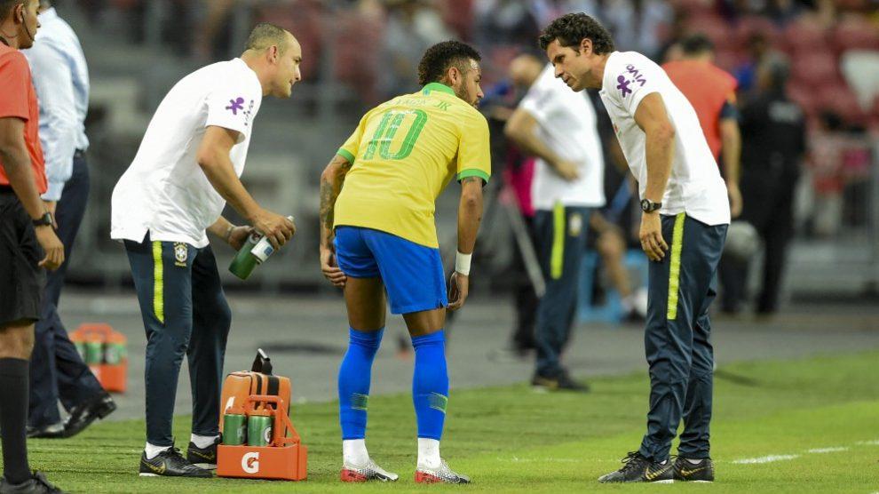 Neymar, el día de su lesión con Brasil. (AFP)