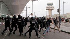 Cargas de la Policía Nacional en el aeropuerto de El Prat este lunes. (Foto: EFE)