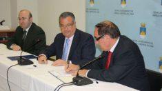 El secretario municipal José Luis SIlvente (izquierda), junto al ex alcalde Rafael Albert y un representante de la asociación de comerciantes de Oropesa del Mar.