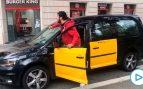 Un taxista se enfrenta a los estudiantes que cortan las calles principales de Barcelona