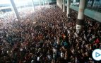 Miles de separatistas asaltan y paralizan el aeropuerto de El Prat
