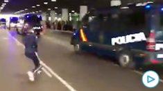 Los CDR apedrean los furgones de la Policía en el aeropuerto de El Prat