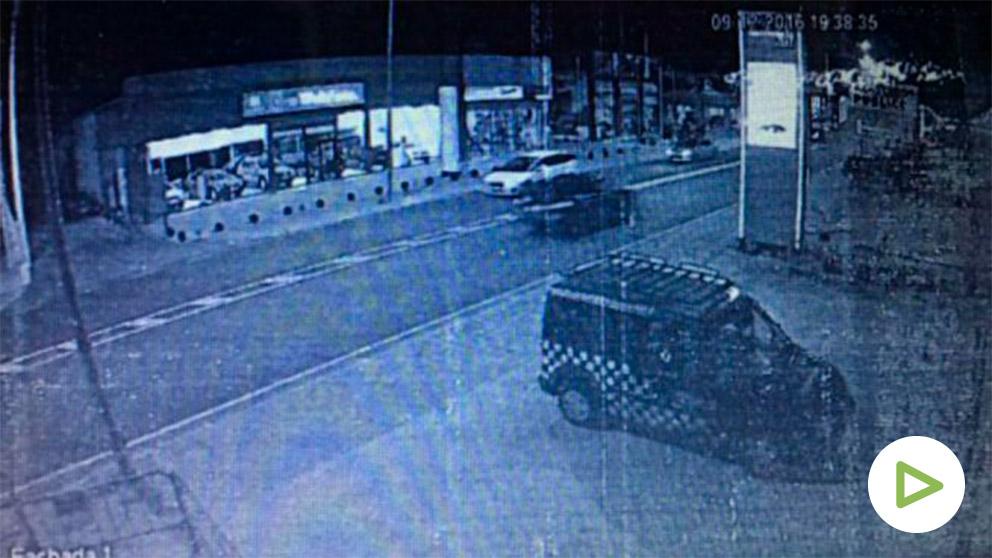 Fotograma de las cámaras de seguridad que grabaron al presunto asesino de la mujer cuando se iba del lugar del crimen.