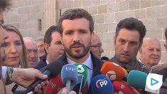 El líder de PP, Pablo Casado, contestando a la prensa.