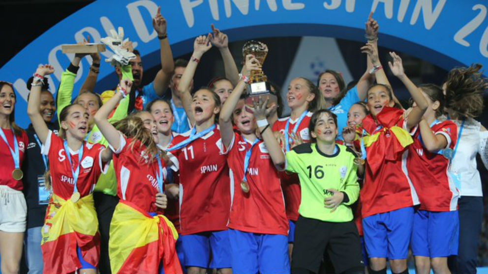 Las chicas del Espanyol celebra el título de la Danone Nations Cup. (Danone Nations Cup)