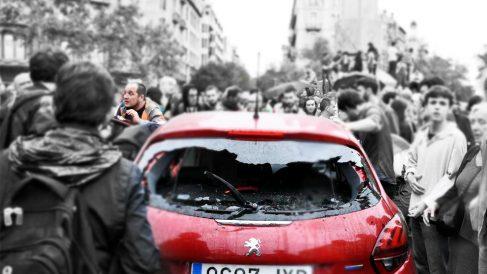 El ex diputado de la CUP David Fernández, junto al coche atacado por los CDR.